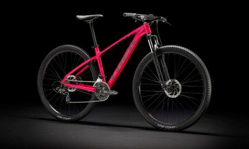 Le Marlin 4  2022 est parfait pour découvrir les trails. Ce vélo est idéal pour le cycliste débutant qui veut un VTT avec des pneus à gros dessins qui pourra également faire office de vélo pour déplacements quotidiens solide. Des freins à disque, une fourche télescopique, 21 vitesses et des fixations de porte-bagages et de garde-boue font de ce vélo une excellente option pour s'initier aux trails  ou se rendre aux cours à vélo. TARIF 499€13KG980