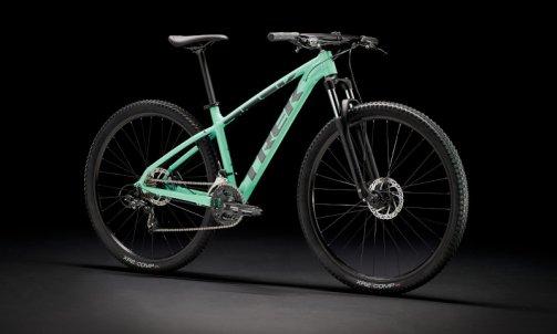 Le Marlin 4  2022 est parfait pour découvrir les trails. Ce vélo est idéal pour le cycliste débutant qui veut un VTT avec des pneus à gros dessins qui pourra également faire office de vélo pour déplacements quotidiens solide. Des freins à disque, une fourche télescopique, 21 vitesses et des fixations de porte-bagages et de garde-boue font de ce vélo une excellente option pour s'initier aux trails  ou se rendre aux cours à vélo. TARIF 499€ 13KG980