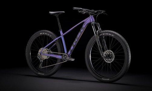 Le nouveau Roscoe 6 2022 est le vélo idéal pour les cyclistes qui découvrent la pratique du VTT et qui veulent s'amuser sur le trail. Il est doté de pneus au format « + » qui inspirent confiance grâce à la stabilité accrue, d'une fourche télescopique qui absorbe les grosses bosses et les racines, d'une transmission monoplateau simple à utiliser et d'une géométrie de cadre ludique qui simplifie la maîtrise du vélo sur les trails techniques et les singletracks sinueux tarif 1099 € 15 KG 400.